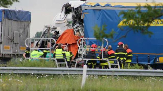 Dode bij botsing tussen twee vrachtwagens Heijningen