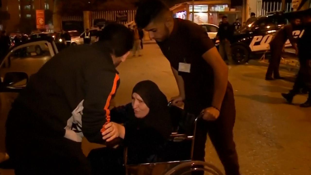 Bewoners verlaten huizen na dodelijke aardbeving in Iran