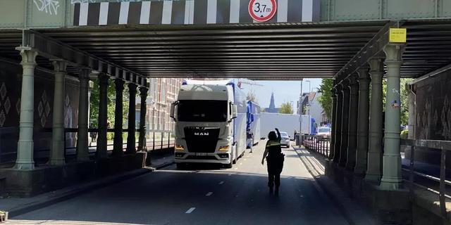 Vastgereden vrachtwagens zorgen voor verkeersopstopping in Haarlem