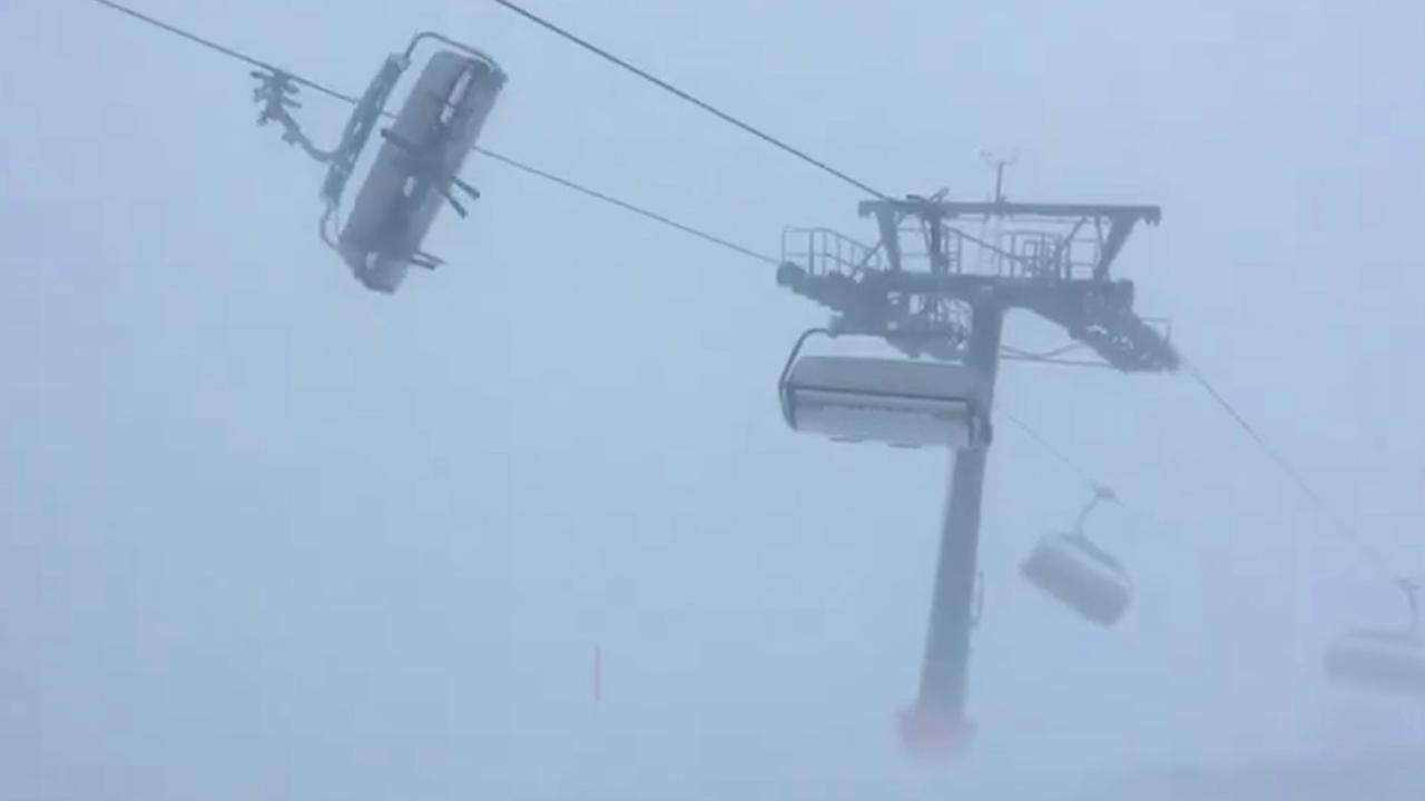 Inzittenden stoeltjeslift in Oostenrijk speelbal van harde windvlagen