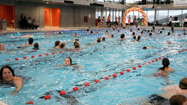 Wethouder Du Chatinier geeft startschot voor Alphense Zwemvierdaagse