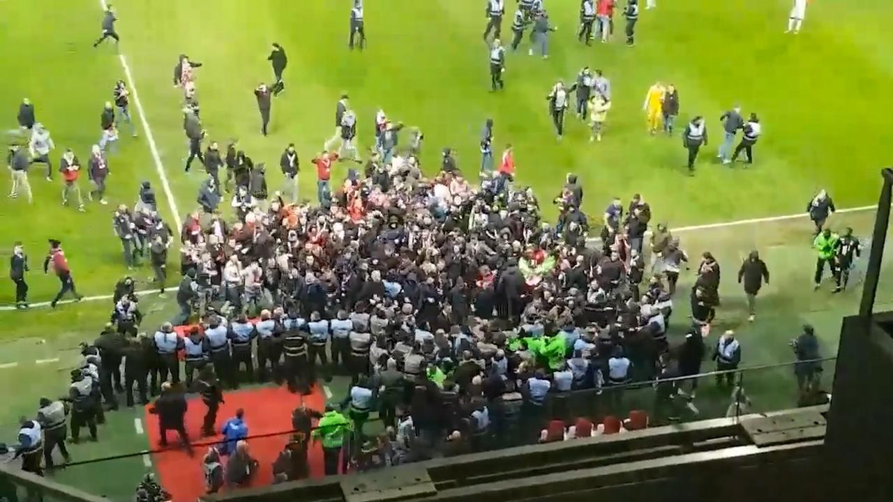 Fans Lille bestormen veld na 1-1 tegen Montpellier