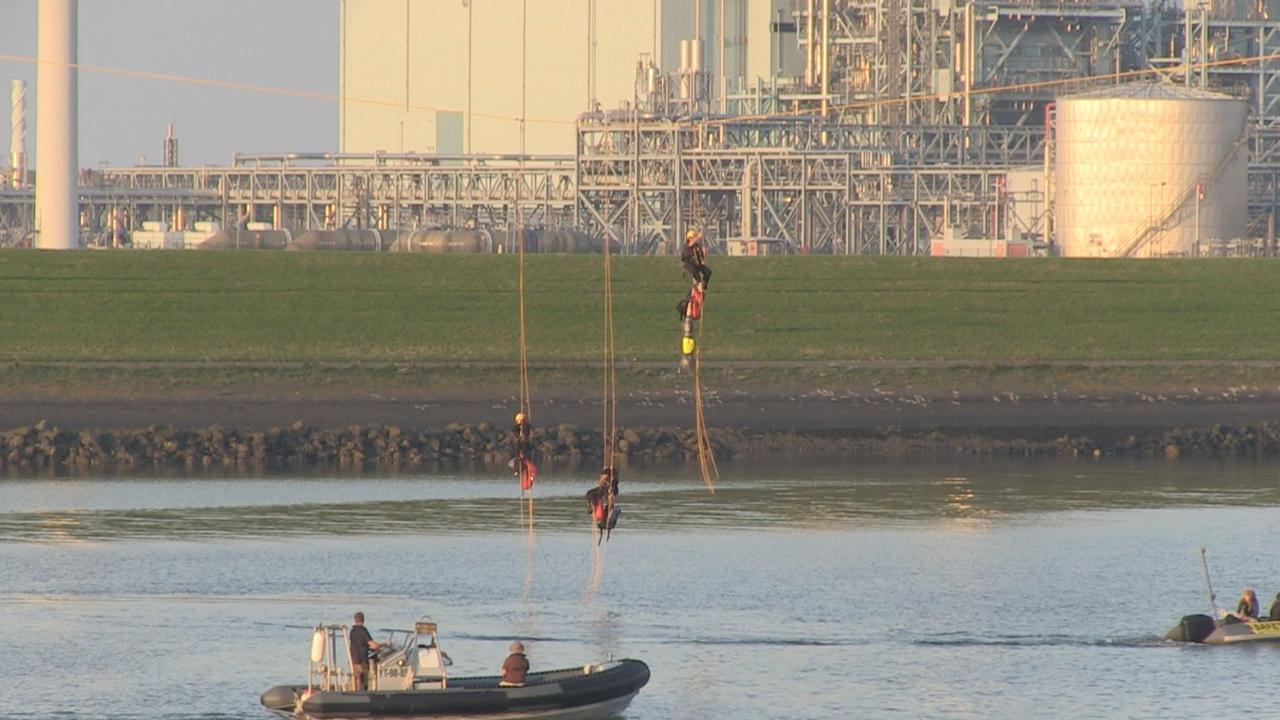 Greenpeace blokkeert havenmond Groningse Eemshaven