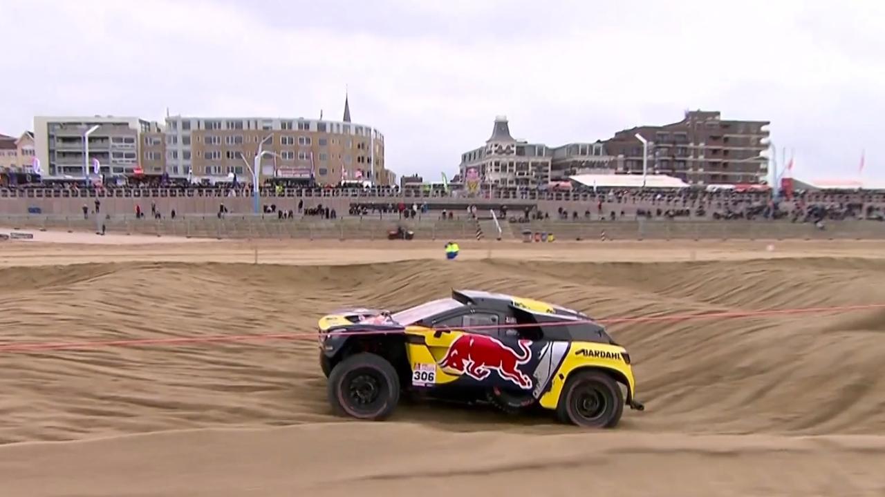 Sébastien Loeb racet met Dakar-auto over strand Scheveningen
