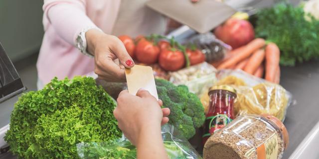 Supermarkten roepen klanten op om te pinnen vanwege coronavirus
