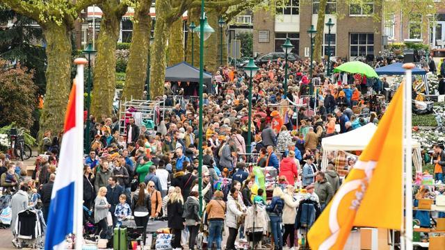 Menno Aben treedt op tijdens Koningsdag op Rijnplein