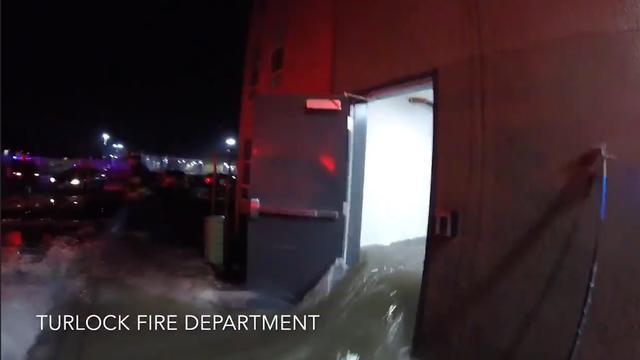 Brandweer VS waadt door ondergelopen complex