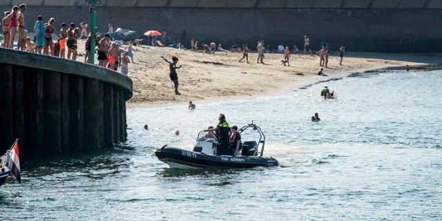 Ruim honderd mensen beboet bij strand Scheveningen