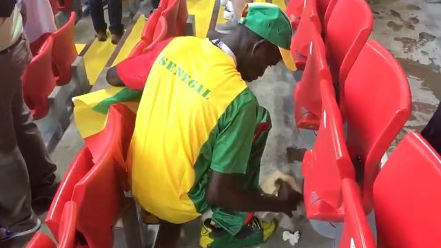 Supporters uit Japan en Senegal ruimen afval op na WK-wedstrijd