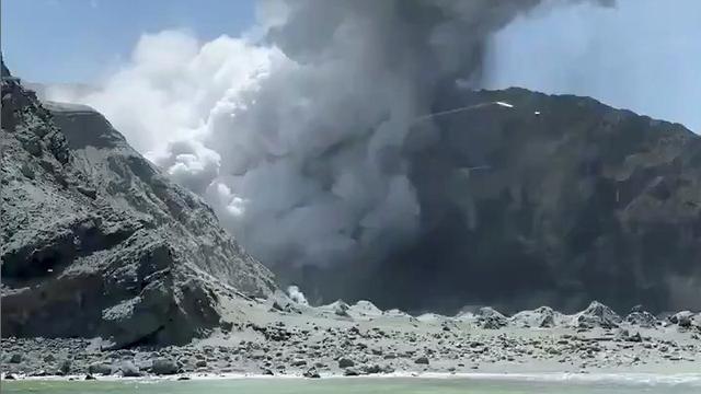 Vulkaan in Nieuw-Zeeland uitgebarsten, minstens één dode