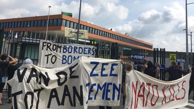 Achttien actievoerders opgepakt bij NAVO en TNO in Den Haag