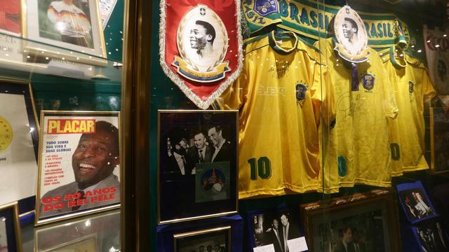 Pelé veilt al zijn mooiste voetbaltrofeeën
