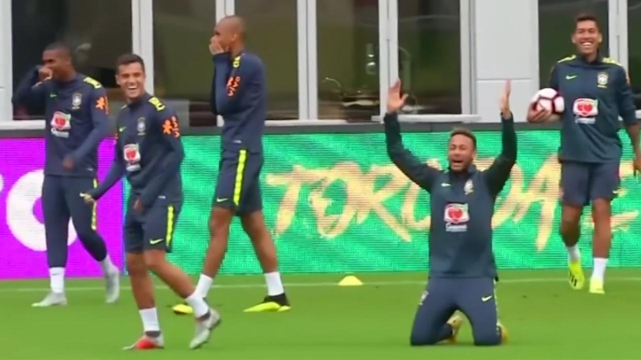 Hilariteit bij Neymar en andere Brazilianen na 'panna' voor Filipe Luis