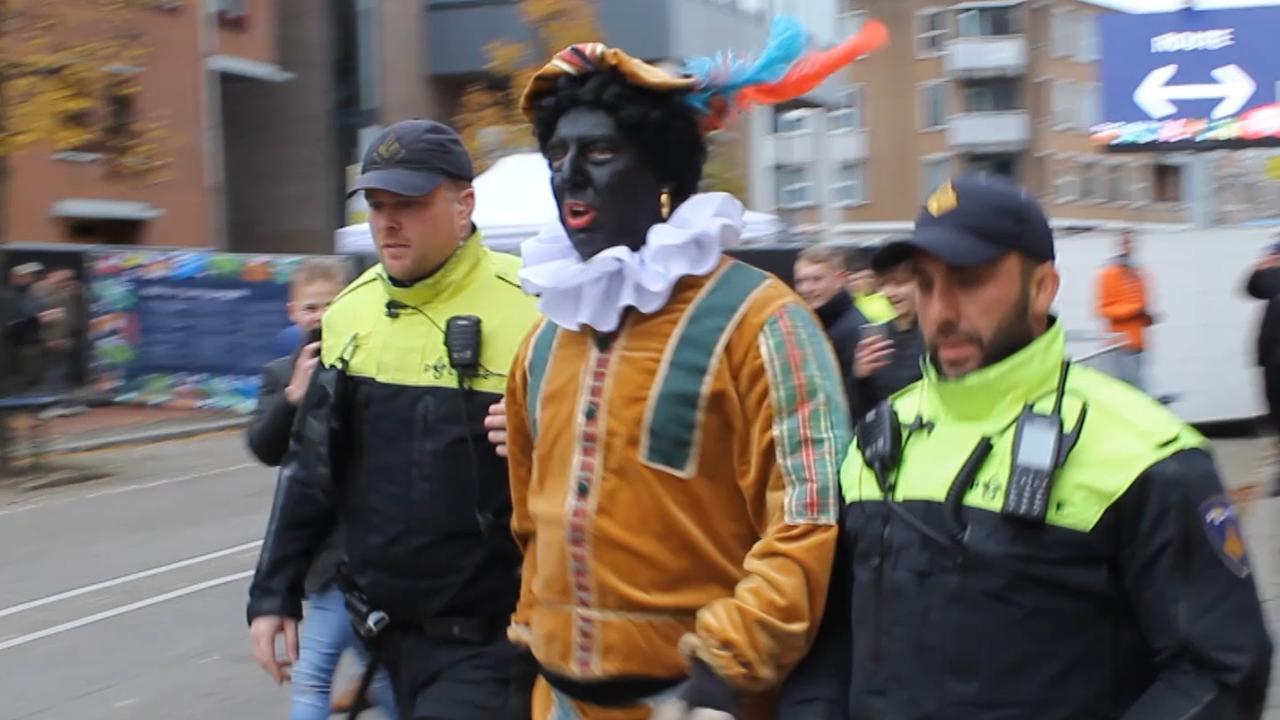 Pegida-voorman in Zwarte Piet-kostuum aangehouden in Apeldoorn