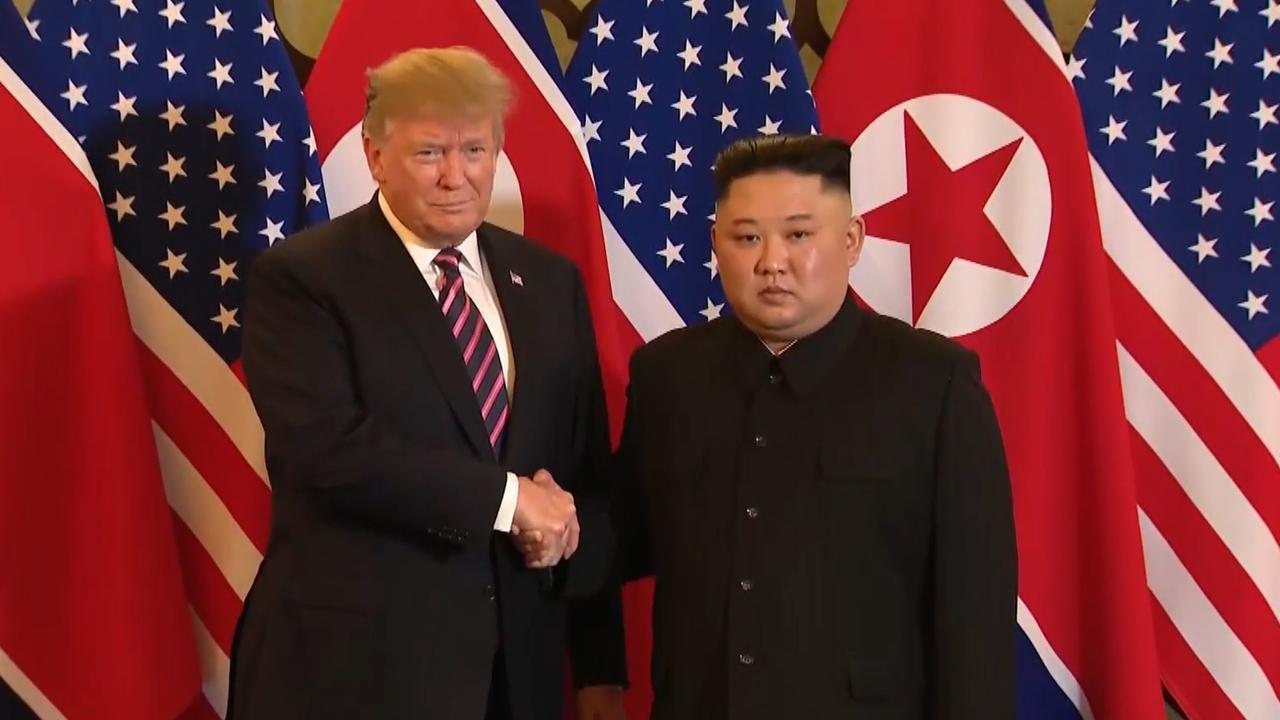 Trump en Kim Jong-un schudden elkaar de hand in Hanoi