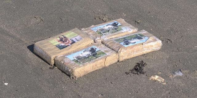 Honderden pakketjes met vermoedelijk cocaïne aangespoeld in Zeeland