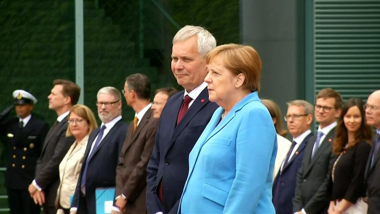 Merkel voor de derde keer hevig trillend tijdens ceremonie