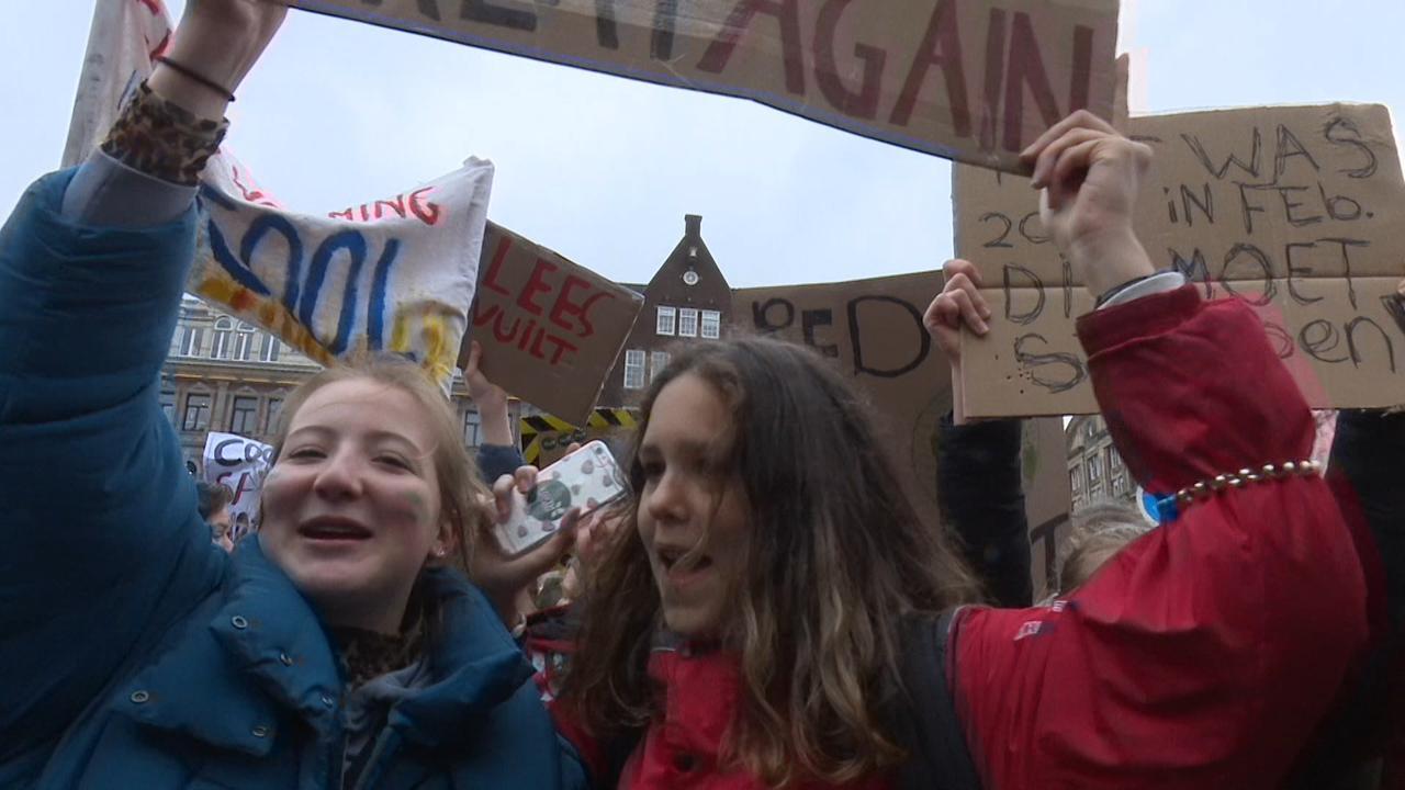 Duizenden jongeren lopen mars door Amsterdam voor het klimaat