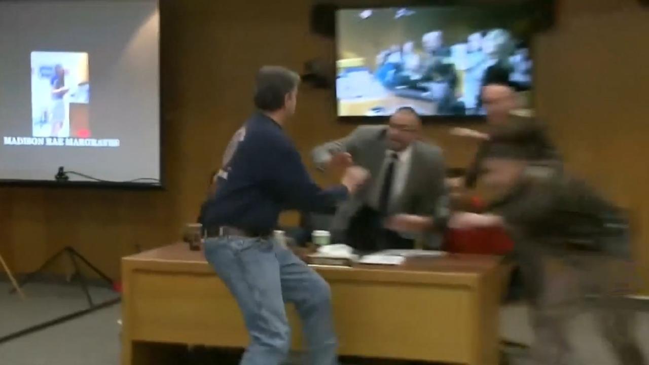 Vader probeert teamarts Larry Nassar aan te vallen in rechtszaal