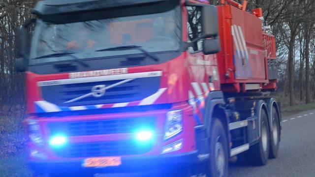 Autowrak in brand in Sint-Maartensdijk