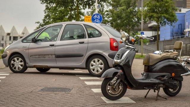 Scooterrijder aangereden door auto op Meteoorlaan