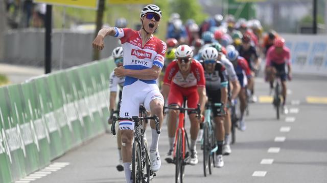 Mathieu van der Poel won de sprint in de derde etappe op overtuigende wijze.
