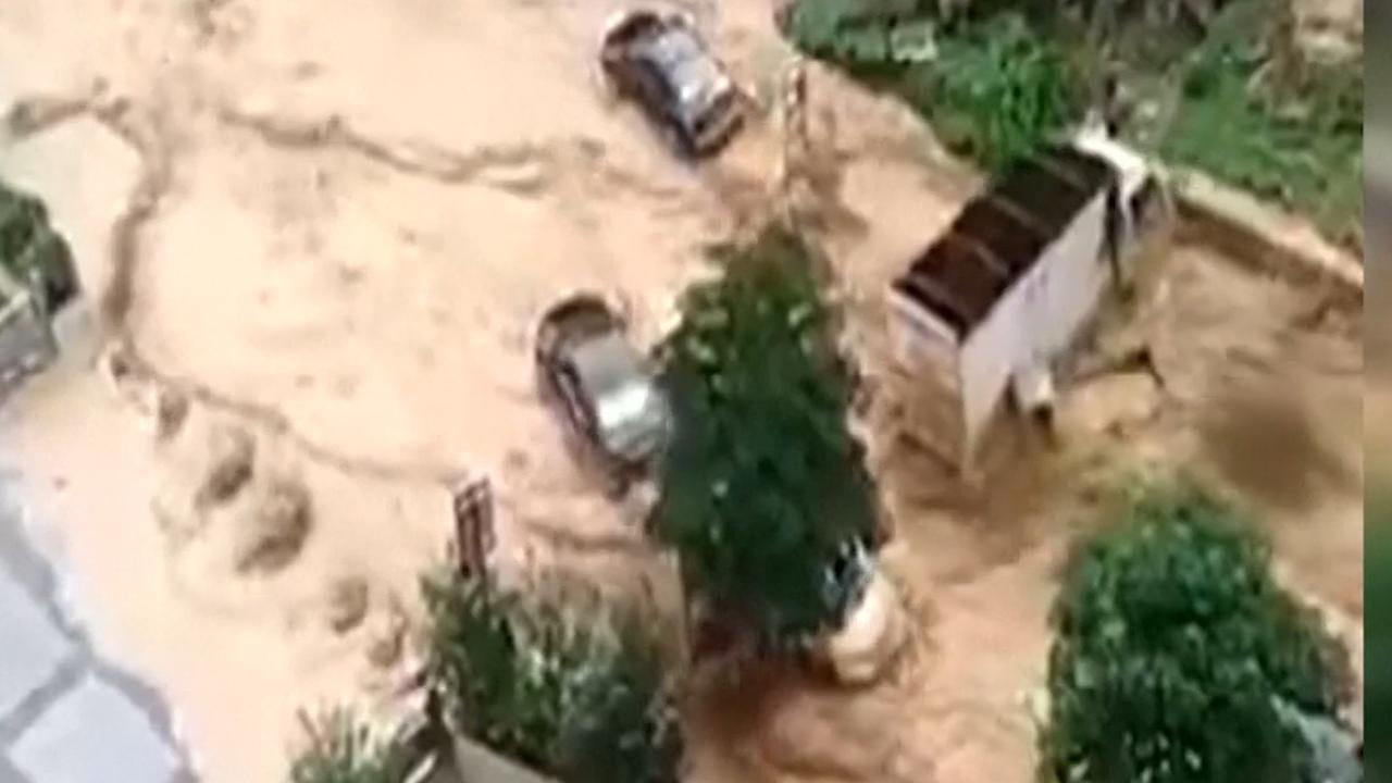 Auto's drijven door straten door overstromingen in China