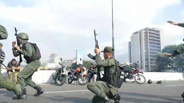 Legervoertuig rijdt over demonstranten heen bij opstand tegen Maduro
