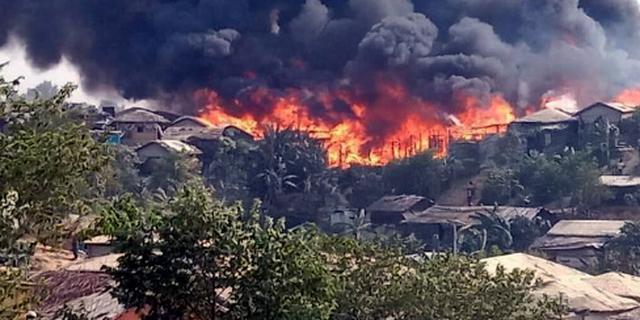 Tienduizenden Rohingya's dakloos na brand in vluchtelingenkamp Bangladesh
