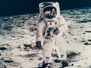 Eerste foto van aarde gemaakt vanuit de ruimte tussen exemplaren