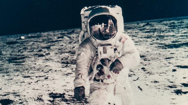 Veilinghuis verkoopt originele ruimtefoto's gemaakt door astronauten