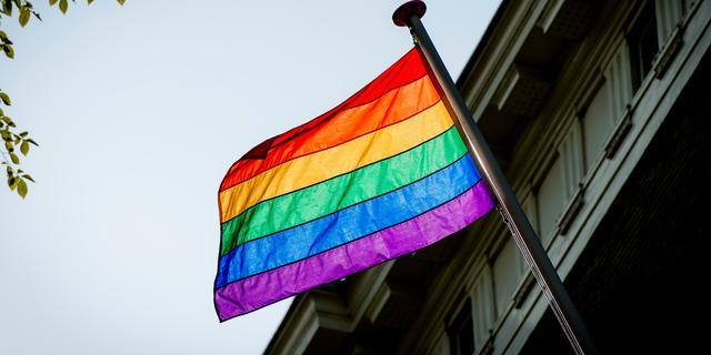 Trams en bussen in Amsterdam krijgen kleuren van regenboog voor Pride