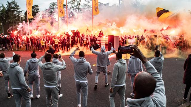 Pakweg 150 supporters waren naar trainingscomplex Papendal gekomen om de spelersbus op te wachten.