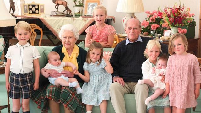 Elizabeth en Philip met zeven van hun achterkleinkinderen in 2018. De foto is genomen door hertogin Kate, de vrouw van prins William.