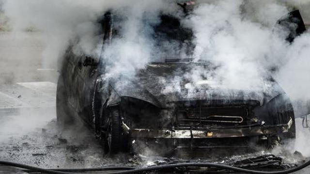 Auto brandt uit in Slotermeer na mogelijk harde explosie