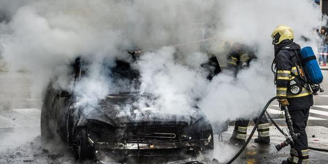 Twee auto's beschadigd door brand in Engelandlaan