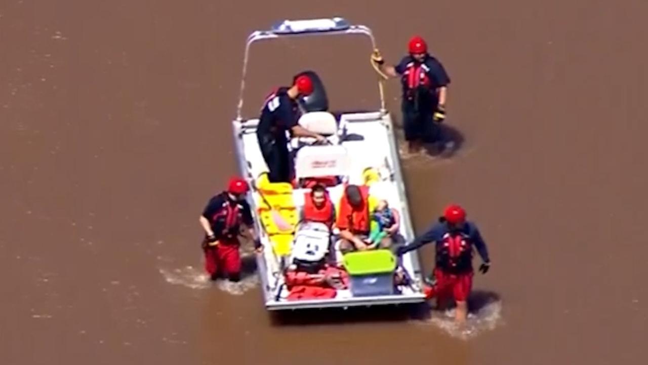 Brandweer redt familie na overstromingen in VS