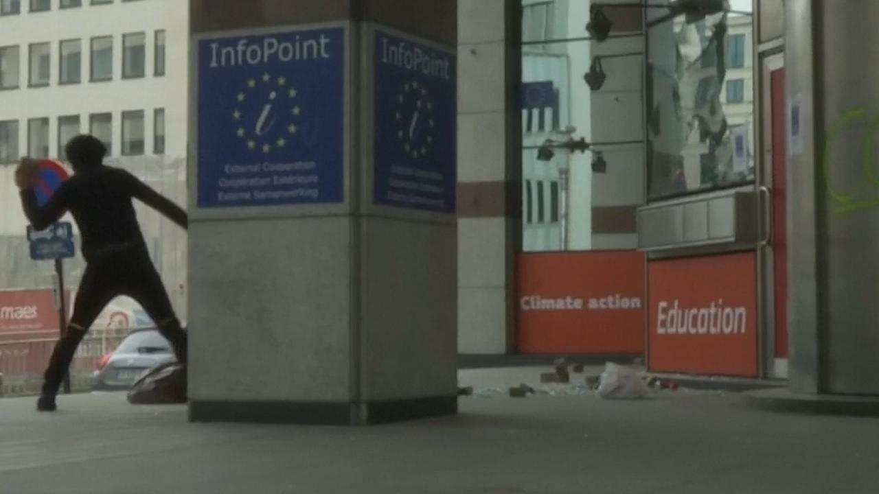 Demonstranten vernielen ramen van gebouw Europese Commissie