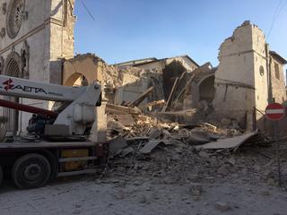 In verschillende plaatsen gebouwen ingestort