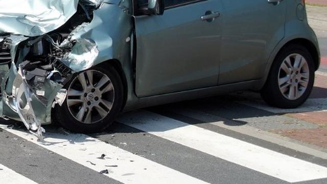 Twee gewonden na frontale aanrijding tussen auto's in Groningen