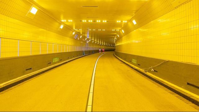 Maastunnel moet op eerste dag vier keer dicht vanwege hoge vrachtwagens