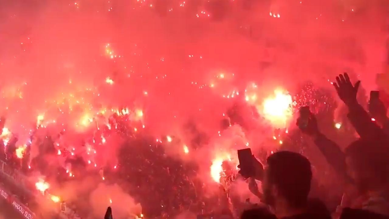 Galatasaray-fans maken spektakel van laatste training voor derby tegen Besiktas