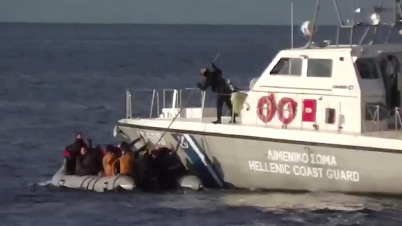 Griekse kustwacht schiet in het water naast migrantenboot uit Turkije