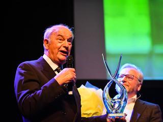 Zeeman ontving de prijs uit handen van burgemeester Spies