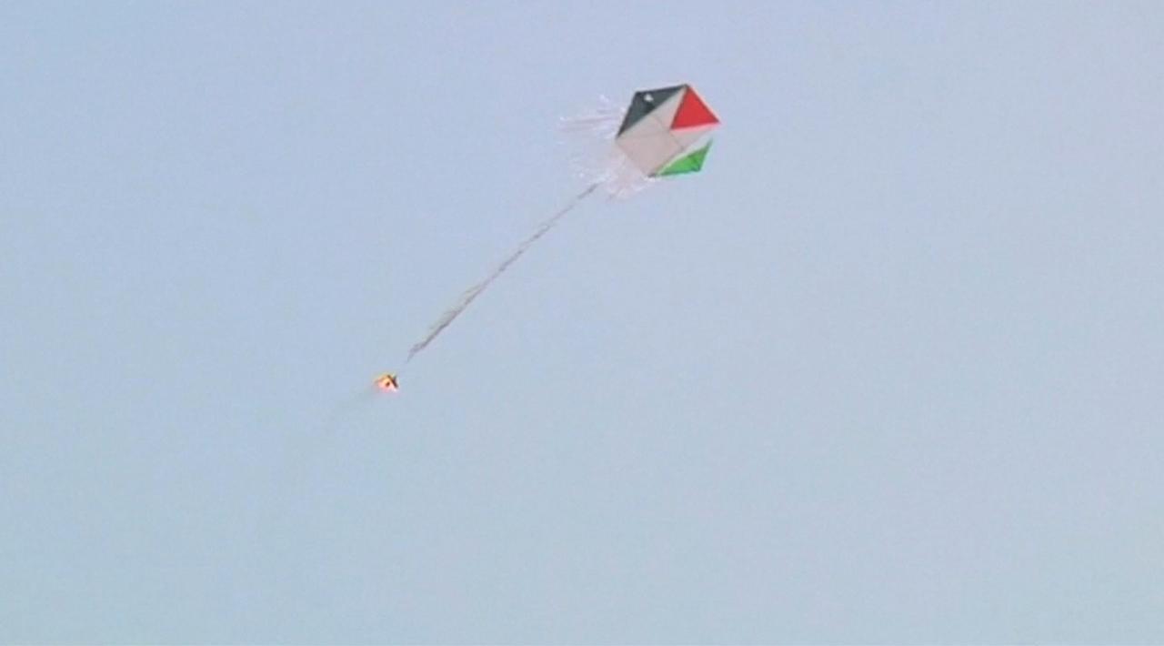 Palestijnen laten vliegers met gloeiende kolen op bij Gaza