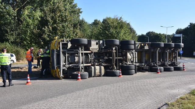 Vrachtwagen met grond gekanteld op de Zegerbrug