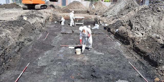 Archeologen in Enkhuizen stuiten op leerlooierij uit 17e eeuw