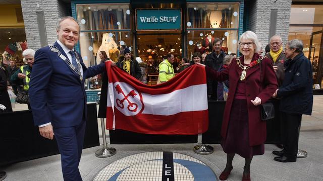 Leiden biedt mozaïek aan voor het Leiden Square in Oxford