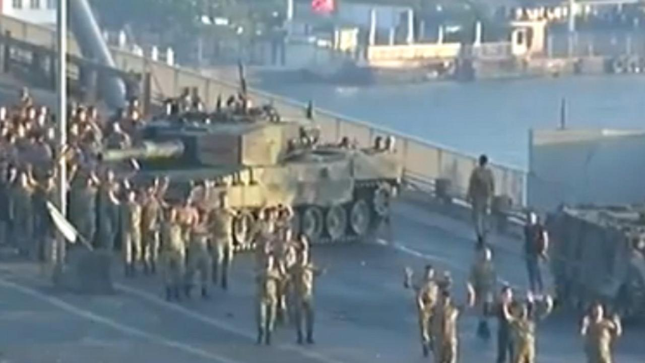 Soldaten geven zich over aan Erdogan