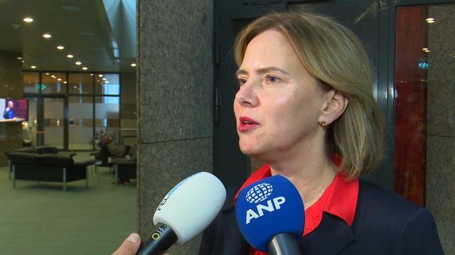 Minister: 'Appen op fiets net zo gevaarlijk als in auto'
